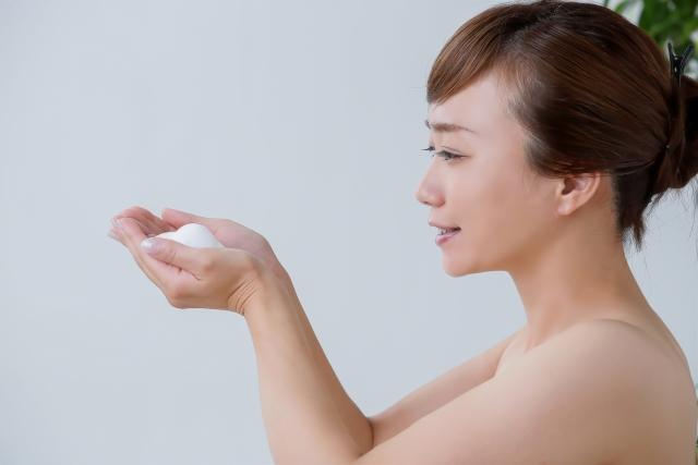 泡を持つ女性